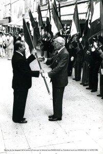 Remise du 1er drapeau de la section d'Istres par le Général Jean MARCHAND au Président local José RODRIGUEZ 140986