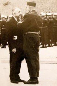 Jean Brunon décoré de la Légion d'honneur par le colonel commandant la Légion Etrangère à Aubagne, dans les années 1964.